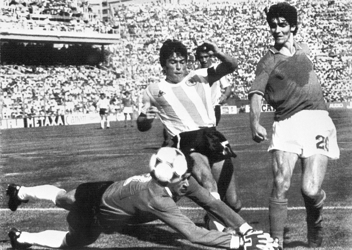 BARCELONA, SPAIN - JUNE 29: Argentinian goalkeeper Ubaldo Fillol and captain Daniel Passarella prevent Italian striker Paolo Rossi from scoring 29 June 1982 in Barcelona during the World Cup second round soccer match between Italy and Argentina. Italy beat Argentina 2-1 despite a goal by Passarella. AFP PHOTO (Photo credit should read STAFF/AFP/Getty Images)