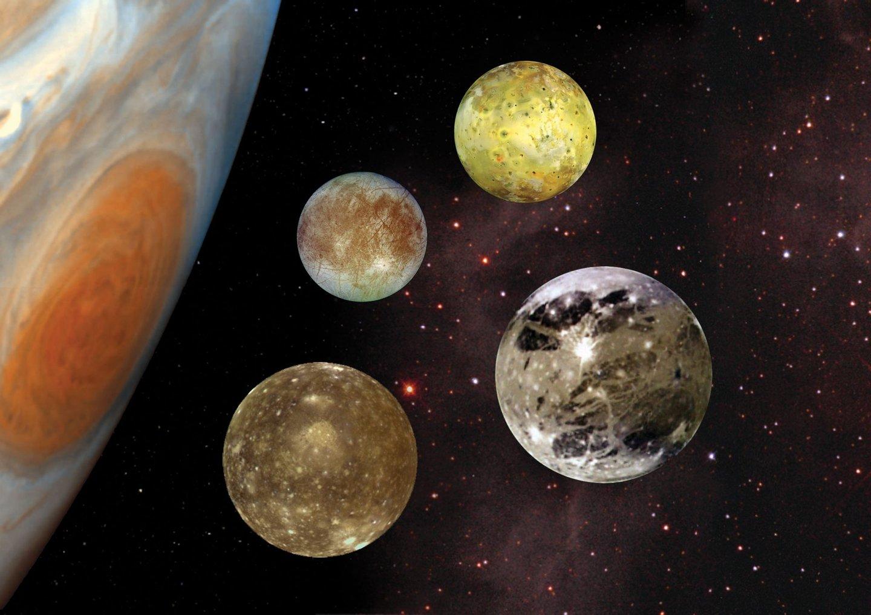 Os quatro maiores satélites naturais de Júpiter: Io, Europa, Ganimedes e Calisto (Júpiter, à esquerda, não está à escala) - NASA Planetary Photojournal