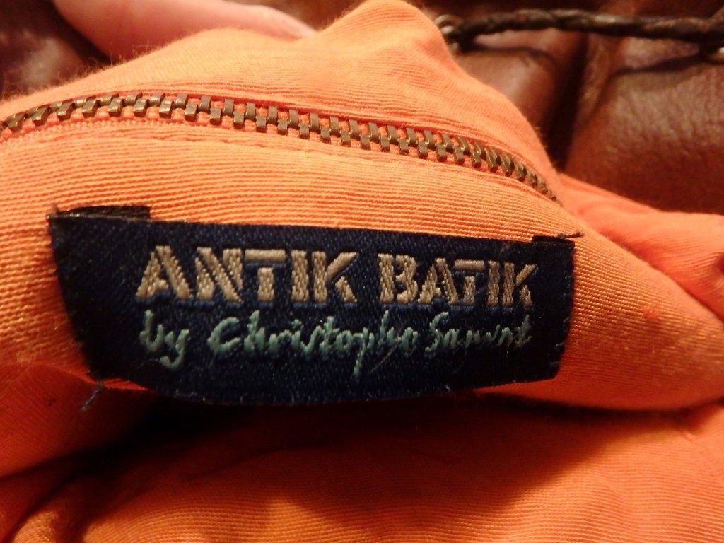 Artigos da Antik Batik de quando era dirigida por Christophe Sauvat, vendem-se hoje em lojas de roupa vintage
