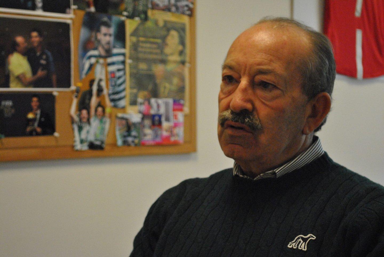 No gabiente, em Alcochete, Aurélio Pereira guarda nas paredes recortes de jornal e fotografias de muitos dos futebolista que decobriu (Créditos:Iban Raïs/Centre de Formation des Journalistes)