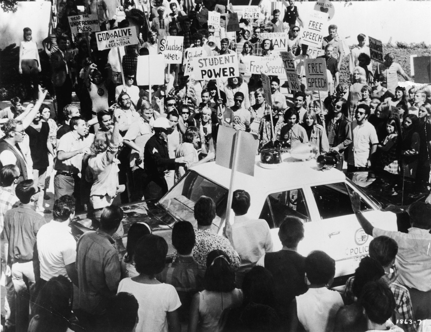 A police officer escorts a protestor to a squad car surrounded by dozens of anti-Vietnam War demonstrators outside the 1968 Democratic National Convention, Chicago, Illinois, August 1968. (Photo by Hulton Archive/Getty Images)