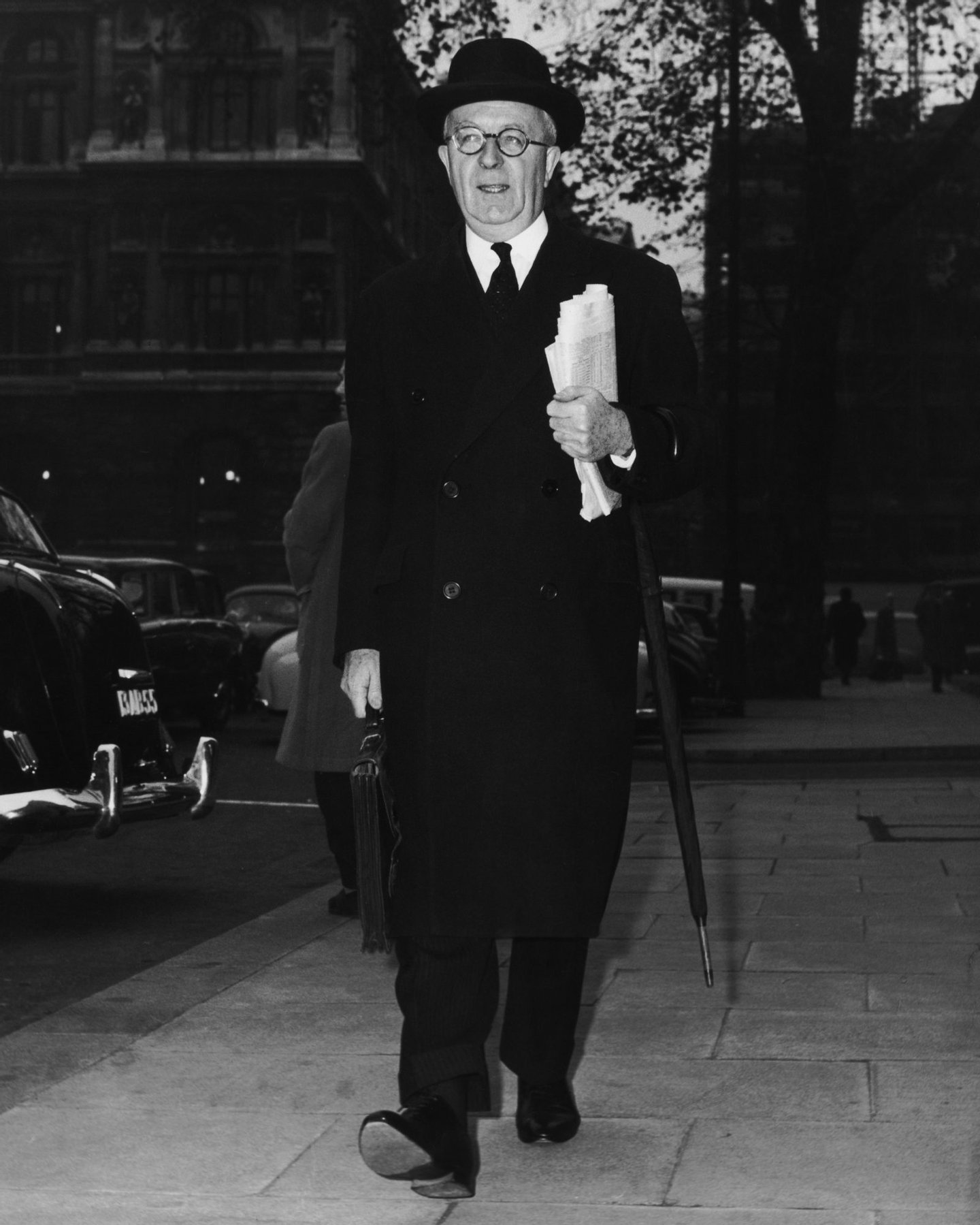 British lawyer and law lord Cyril Radcliffe, 1st Viscount Radcliffe (1899 - 1977) on his way to preside over a tribunal on spying in Britain, London, 28th November 1962. Radcliffe is best known for his partitioning of the British Imperial territory of India in 1947. (Photo by Edward Miller/Keystone/Hulton Archive/Getty Images)