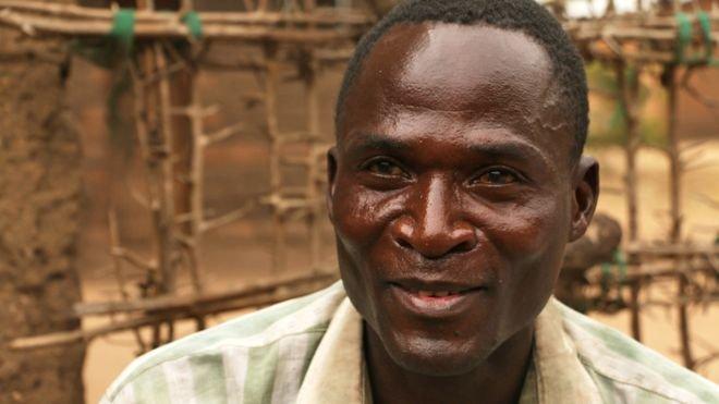 """Eric Aniva """"purifica"""" raparigas menores. Diz que, apesar de ser portador do VIH, o faz para ganhar dinheiro (Créditos: BBC)"""