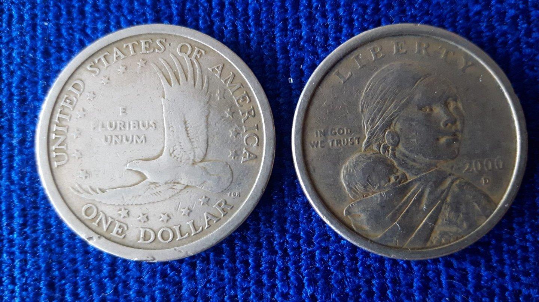 A moeda oficial é o dólar americano, cunhado com elementos culturais do Equador.