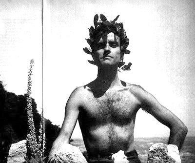 O poeta em todo o seu esplendor, a posar como um herói grego na praia do Baleal, anos 50