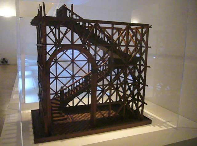 Maquete de um edifício apresentando a gaiola pombalina, uma estrutura de madeira colocada no interior das paredes de alvenaria - Galinhola/Wikimedia Commons