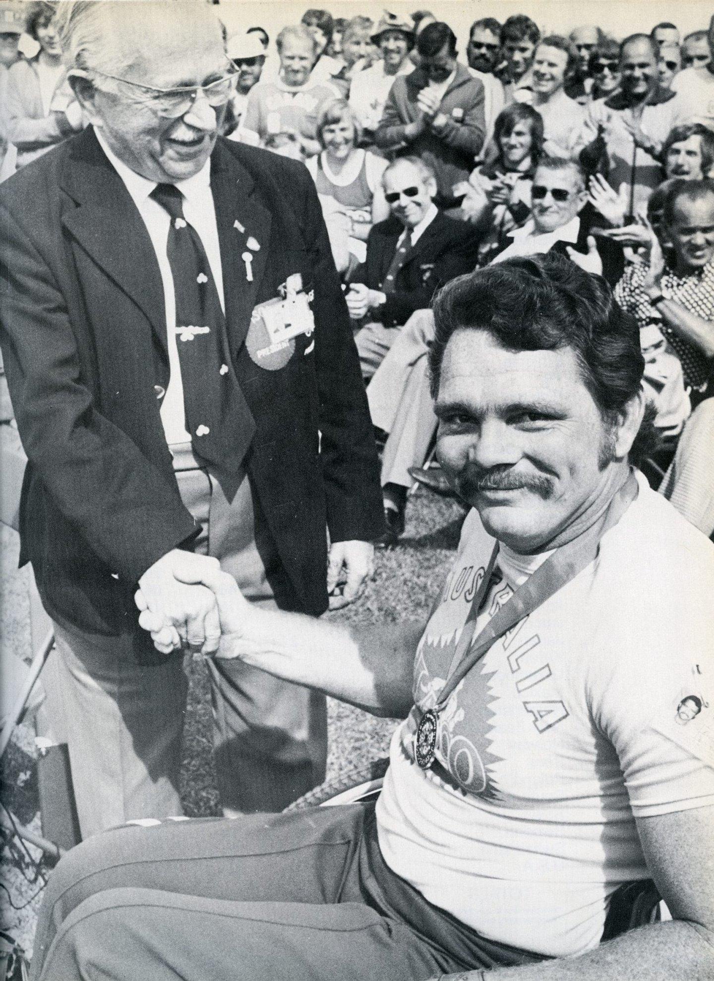 Ludwig Guttmann (à esquerda) e o atleta Eric Russell nos Jogos Paralímpicos Toronto1976 (Créditos: Wikimedia Commons)