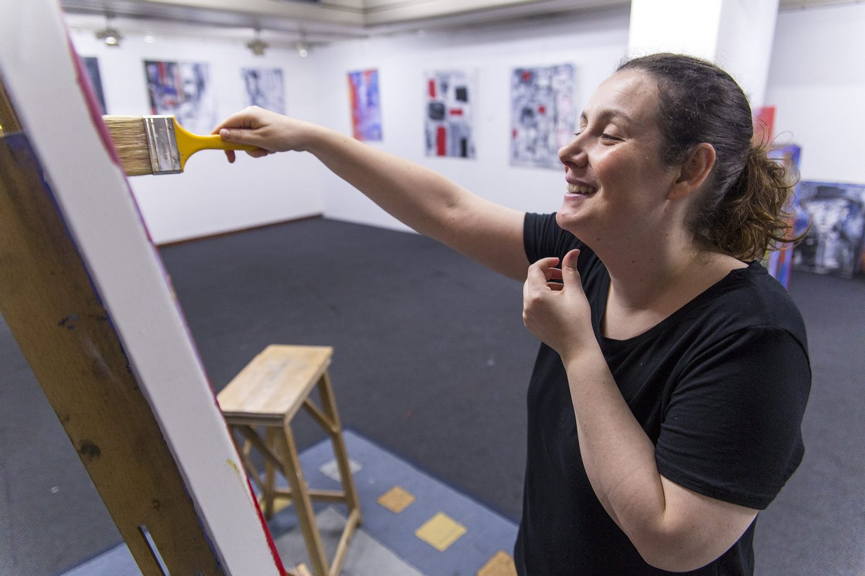 """Natália Gromicho, no bunker feito atelier (ou vice-versa) do Chiado: """"Queria pintar a óleo. Mas não tenho luz natural, então não posso"""" (Créditos: Michael M. Matias/Observador)"""