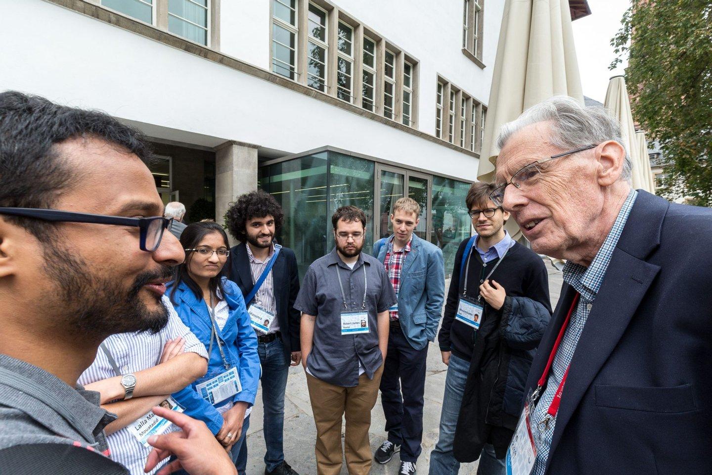Jon Hopcroft (à esquerda), Turing Award 1986, conversa com os jovens investigadores durante uma das pausas da conferência