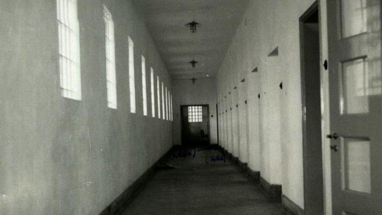 Corredor no 3º andar do Forte de Peniche. Ao fundo fica o refeitório. Numa das celas laterais, os fugitivos encarceraram um dos guardas