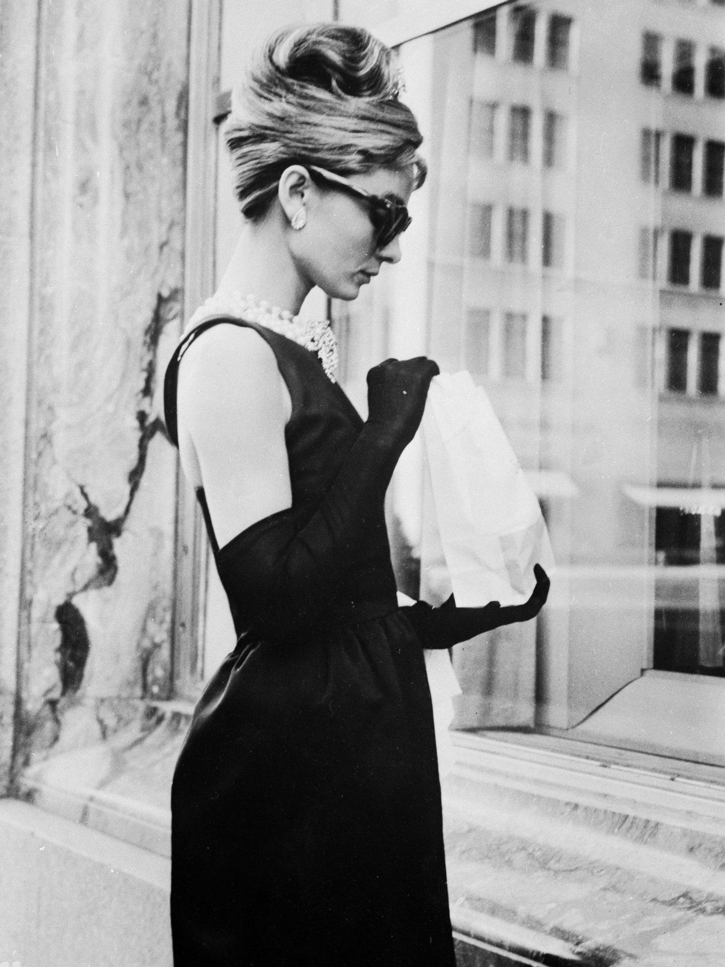 Adrey Hepburn, a rainha do vestido negro que contribuiu para a reabilitação da cor (Photo by Keystone Features/Getty Images)