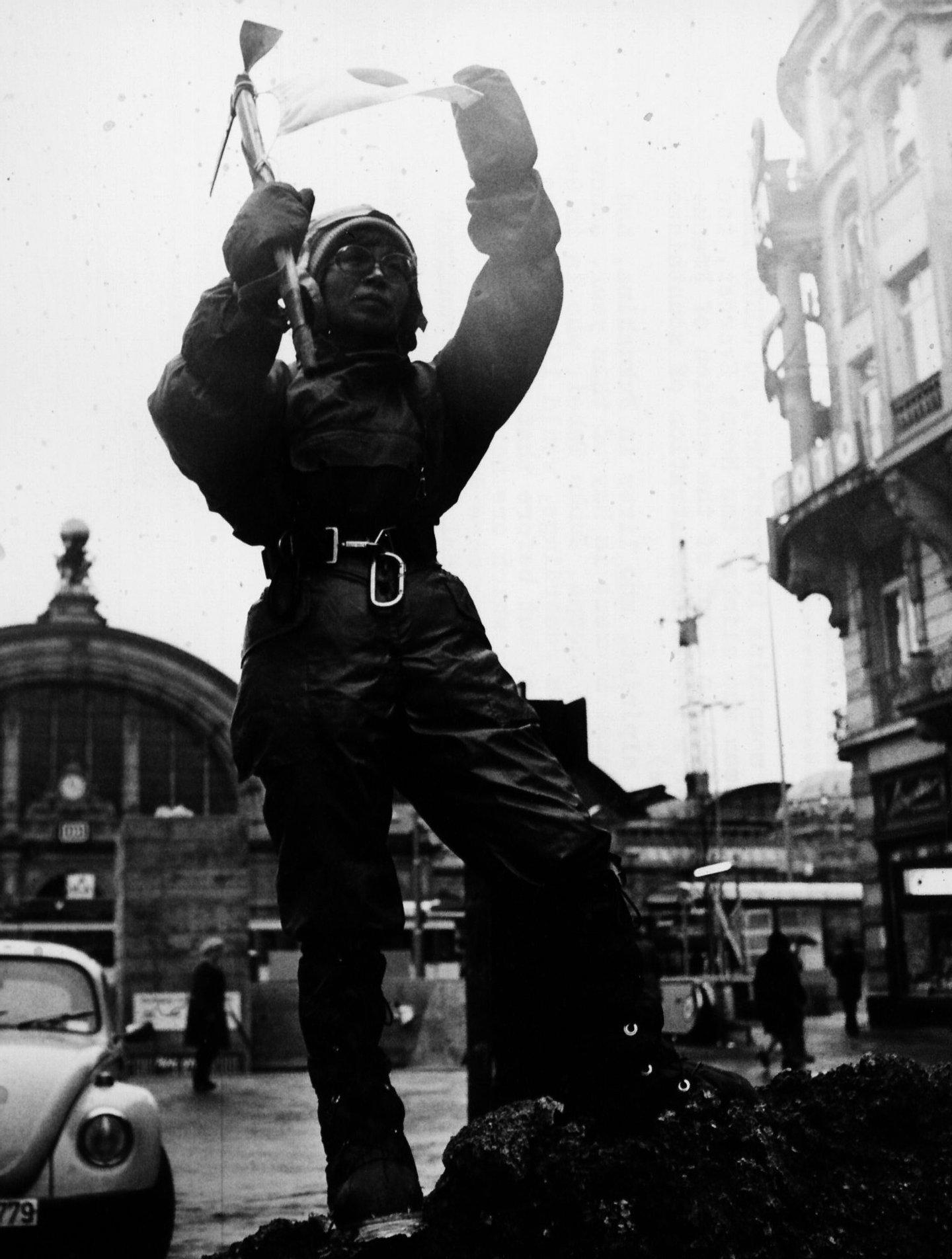 Junko Tabei em 1975, numa demonstração de montanhismo em Frankfurt (Photo by Keystone/Hulton Archive/Getty Images)