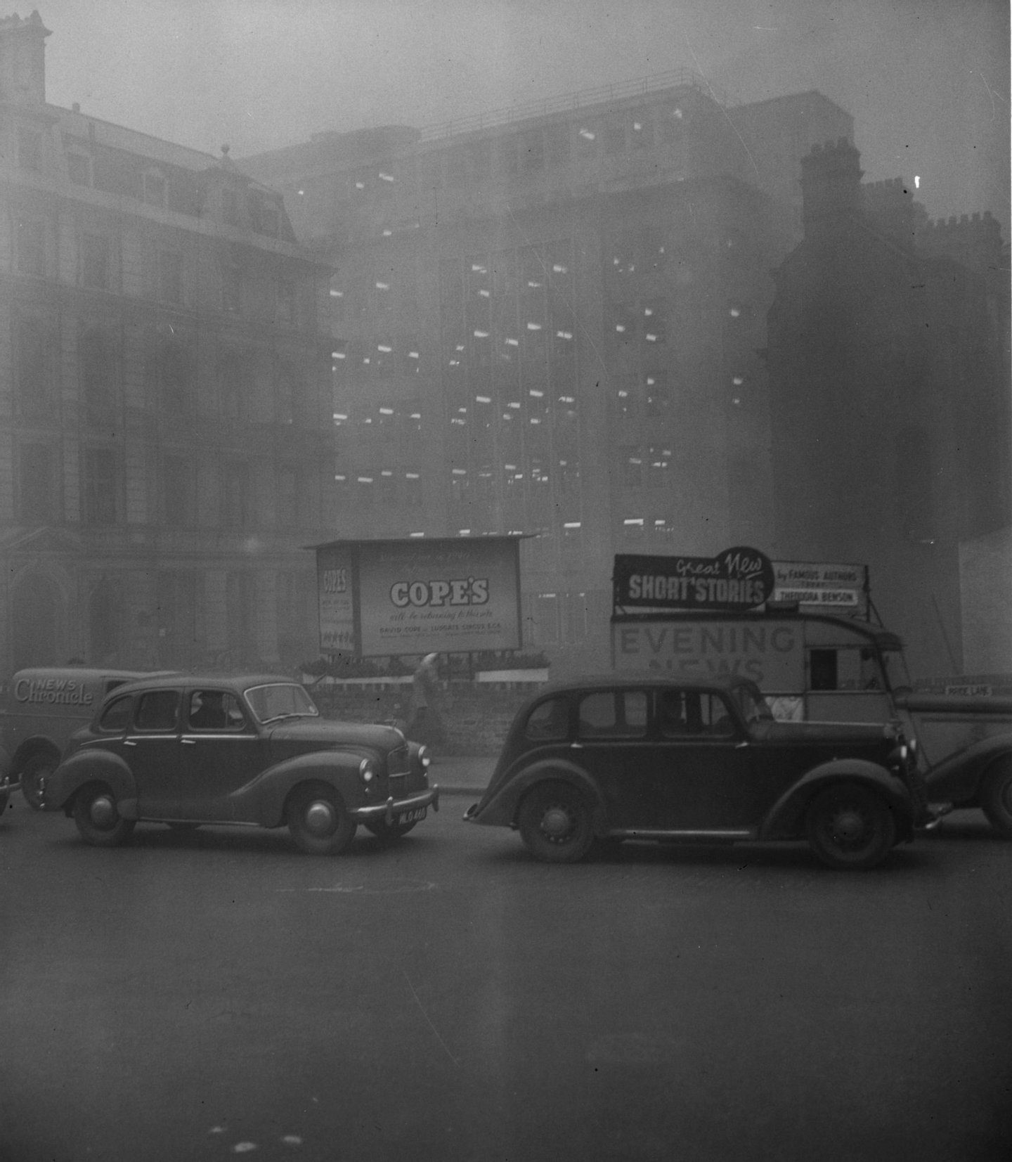 5th December 1952: Morning traffic at Blackfriars, London almost at a standstill because of the blanket smog. (Photo by Don Price/Fox Photos/Getty Images)