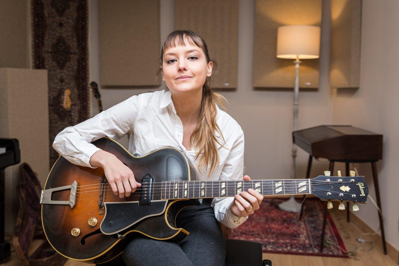 Mallu Magalhães, cantora, brasileira, música, banda do mar, casa pronta, violão,