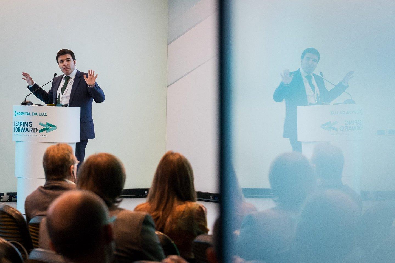 Pedro Oliveira, diretor e investigador do Patient Innovation, a demonstrar algumas das inovações do projeto.