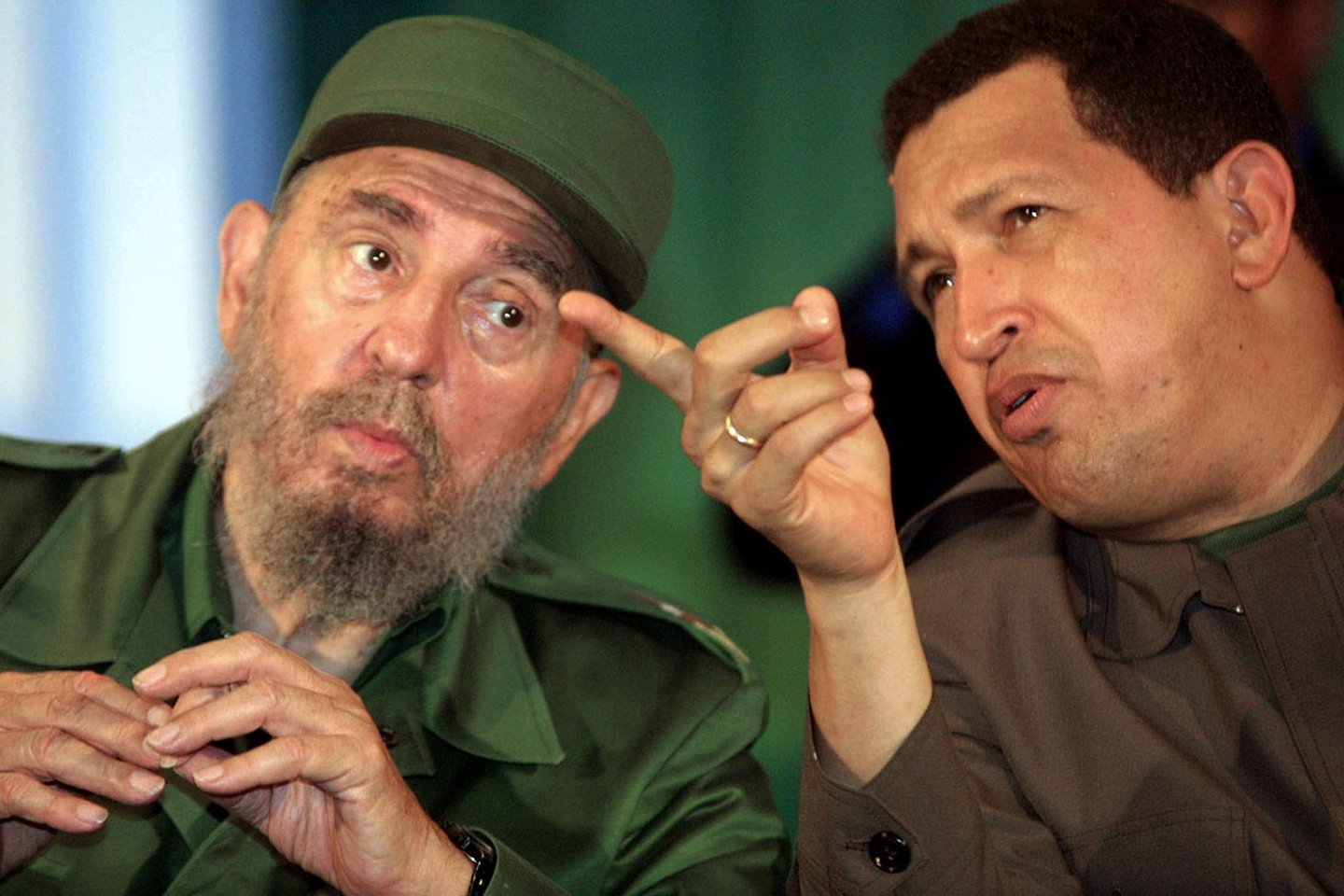 Cubano Fidel Castro (L) confers with Venezuelan President Hugo Chavez (R) 11 August 2001 in Bolivar City. Castro is visiting Venezuela to strengthen ties with Chavez, who has shown a keen interest in taking lessons from the Cuban president on introducing sweeping social change. Castro, who will turn 75 in two days after 42 years in power, arrived at Maiquetia airport outside Caracas on his sixth trip to Venezuela but his third since the charismatic Chavez, 47, took the president's post in February 1999. AFP PHOTO/ANDREW ALVAREZ (Photo credit should read ANDREW ALVAREZ/AFP/Getty Images)
