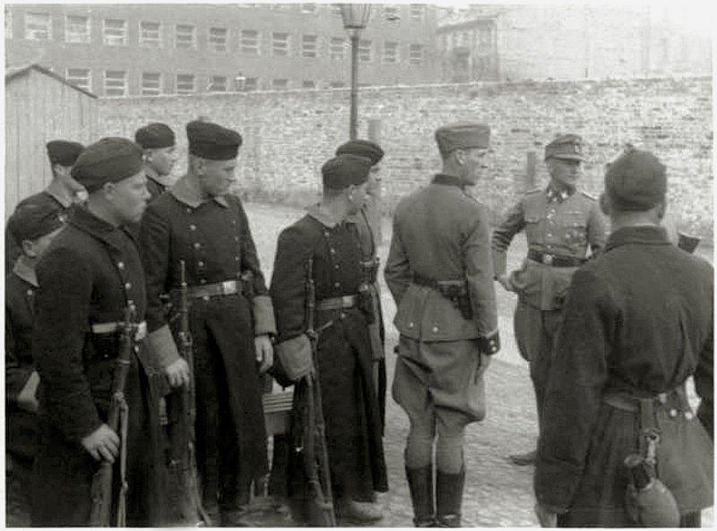Warsaw_Ghetto_Uprising_Umschlagplatz_1943_05