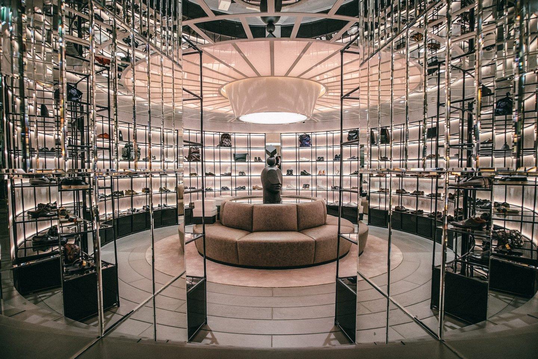 A decoração, repleta de mármore e vidros espelhados mesmo na zona dos  acessórios masculinos, reflete o luxo da Avenida da Liberdade. ac205626f8