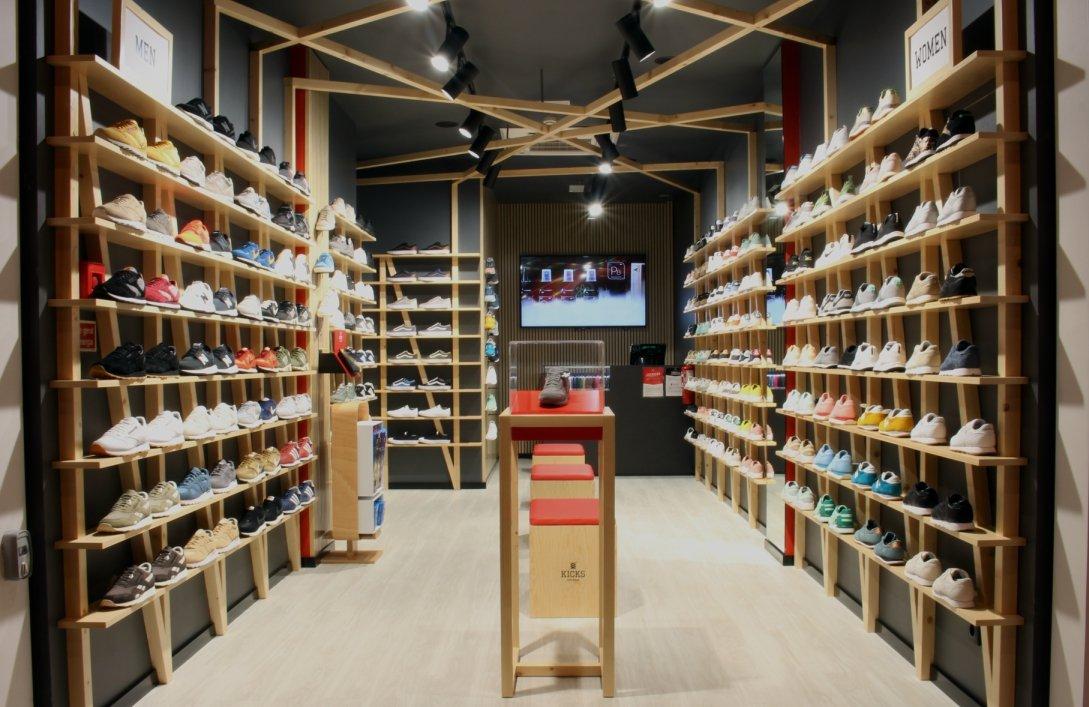 8feef2160a5 Nas lojas físicas da Kicks pode encontrar modelos exclusivos de marcas como New  Balance