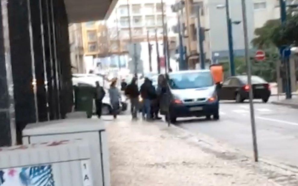 Uma hora depois, a carrinha volta com mais militantes e estaciona em frente à sede de campanha do PSD em Ovar. Militantes entram, depois de votar, na carrinha.