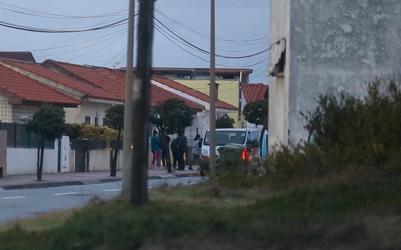 Cacique e motorista conversam enquanto esperam mais militantes. Na suspeita Avenida, mais militantes foram encaminhados para a carrinha.