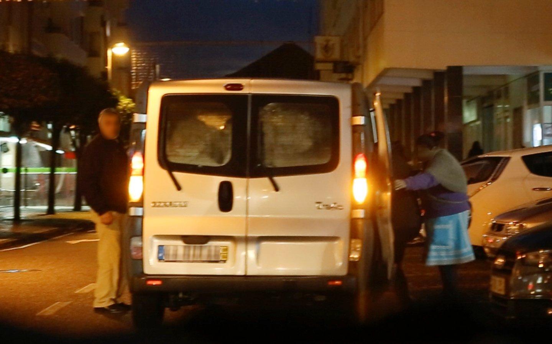 """Militantes que foram votar e """"cacique"""" entram na carrinha. Motorista apercebe-se da presença de jornalistas no local."""