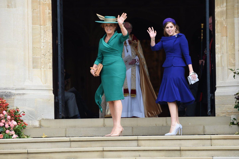 22eb5204a Sarah Ferguson e a princesa Beatrice; à semelhança das outras mulheres da  família real, a mãe e a irmã da noiva escolheram cores fortes para o  casamento ...