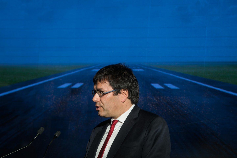 ASSINATURA DO ACORDO DE FINANCIAMENTO PARA AUMENTAR A CAPACIDADE AEROPORTUÁRIA DE LISBOA. O acordo de financiamento da expansão da capacidade aeroportuária de Lisboa entre a ANA Aeroportos de Portugal | VINCI Airports e o Governo português foi assinado na terça-feira, 8 de janeiro, em cerimónia que teve lugar às 15h00 na Base Aérea nº 6, no Montijo. A cerimónia contou com a presença do Primeiro-Ministro, António Costa, do Ministro do Planeamento e das Infraestruturas, Pedro Marques, do Chairman e CEO da VINCI, Xavier Huillard e do Presidente da VINCI Airports, Nicolas Notebaert. JOÃO PORFÍRIO/OBSERVADOR