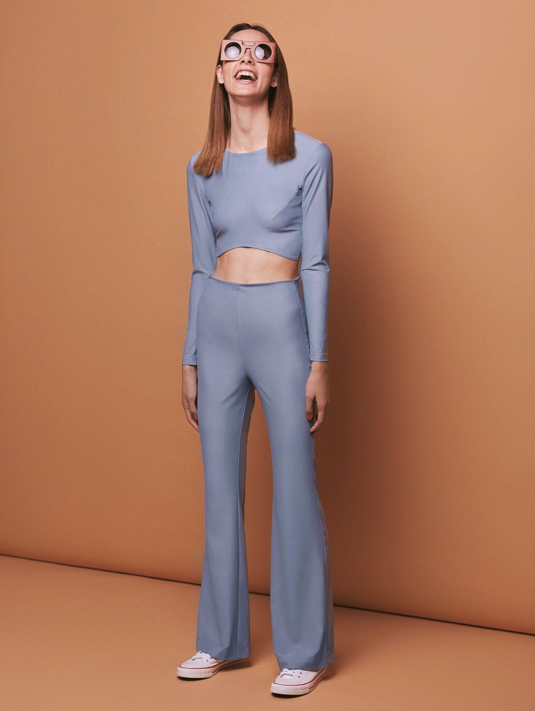 c396a9f27 A filosofia desperdício zero foi aplicada à linha de outono, onde a  designer de moda de 30 anos usa a mesma malha de seda que na coleção  anterior — comprada ...
