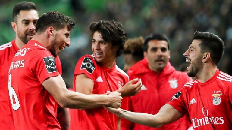 Benfica goleia Sporting em Alvalade num jogo com muito VAR (2-4) - como  aconteceu f6346603731d7