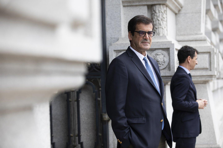 Campanha de Pedro Marques, do PS, para as eleições Europeias: Rui Moreira espera Pedro Marques à porta da Câmara Municipal do Porto ANDRÉ DIAS NOBRE / OBSERVADOR