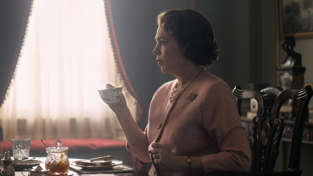 Olivia Colman no papel de Isabel II