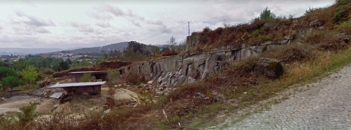 A pedreira Fontegoda, de Domingos Pinheiro, antes de colocar a vedação junto à estrada — Google Earth