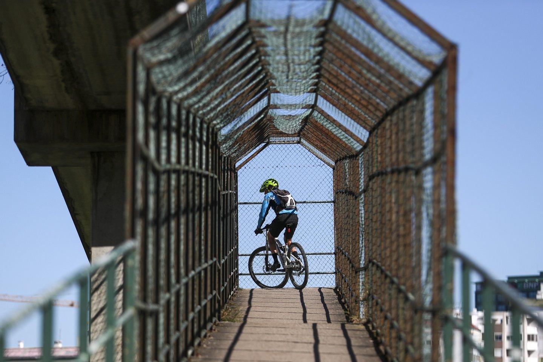 Um homem anda de bicicleta, na zona de Benfica, em Lisboa, 28 de março de 2020. Portugal regista hoje 100 mortes associadas à covid-19, mais 24 do que na sexta-feira, enquanto o número de infetados subiu 902, para 5.170, segundo o boletim epidemiológico da Direção-Geral da Saúde (DGS). ACOMPANHA TEXTO DO DIA 28 DE MARÇO DE 2020. JOSÉ SENA GOULÃO/LUSA