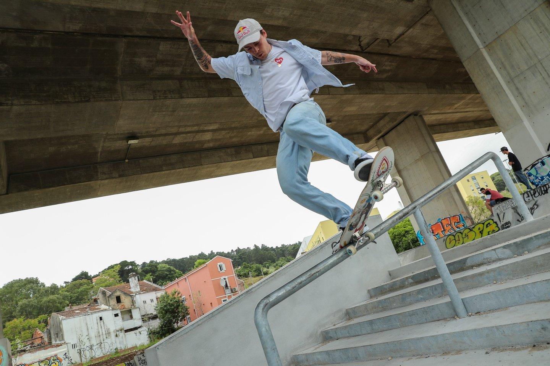 O skateboarder Gustavo Ribeiro volta a andar de skate após a paragem forçada devido à pandemia de covid-19, skate parque no Bairro da Liberdade em Lisboa, 6 de maio de 2020. (ACOMPANHA TEXTO DE 07 DE MAIO DE 2020) MIGUEL A. LOPES/LUSA