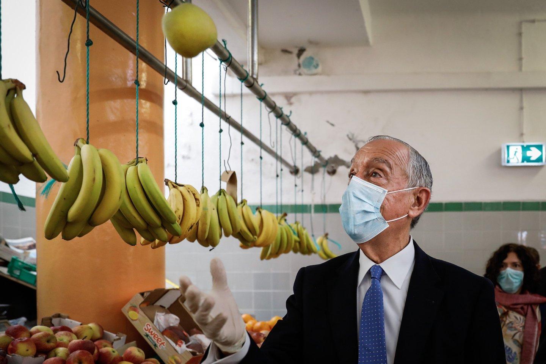 O Presidente da República, Marcelo Rebelo de Sousa, durante a visita ao mercado Municipal da Ericeira, na Ericeira, 17 de maio de 2020. RODRIGO ANTUNES/LUSA