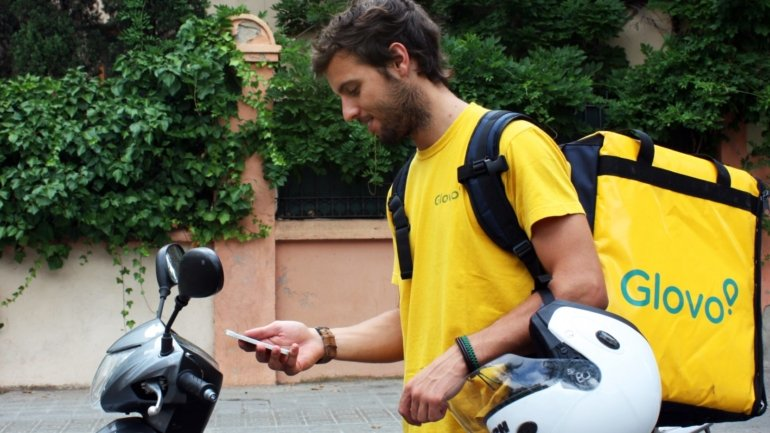 Glovo creates a telephone line to support the elderly and facilitate requests for ...