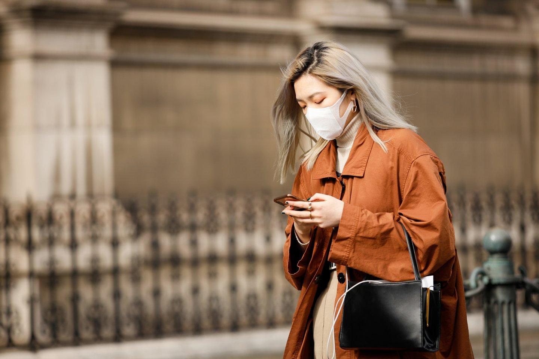 Street Style - Paris Fashion Week - Womenswear Fall/Winter 2020/2021 : Day Six