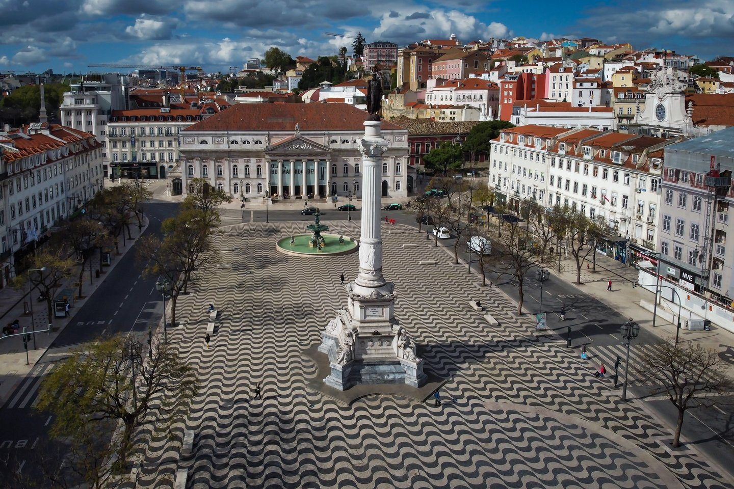 epa08319946 Aerial view of the Rossio square in Lisbon, Portugal, 24 March 2020. To date in Portugal, the coronavirus COVID-19 is responsible for 33 deaths and 2,362 confirmed infections, according to the balance made by the Directorate General of Health. Portugal is in a state of emergency since midnight on 19 March and until 23:59 on 02 April. EPA/ANTONIO COTRIM