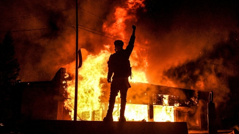 Buildings on fire, cars destroyed and pillaging. The images of the protests ...