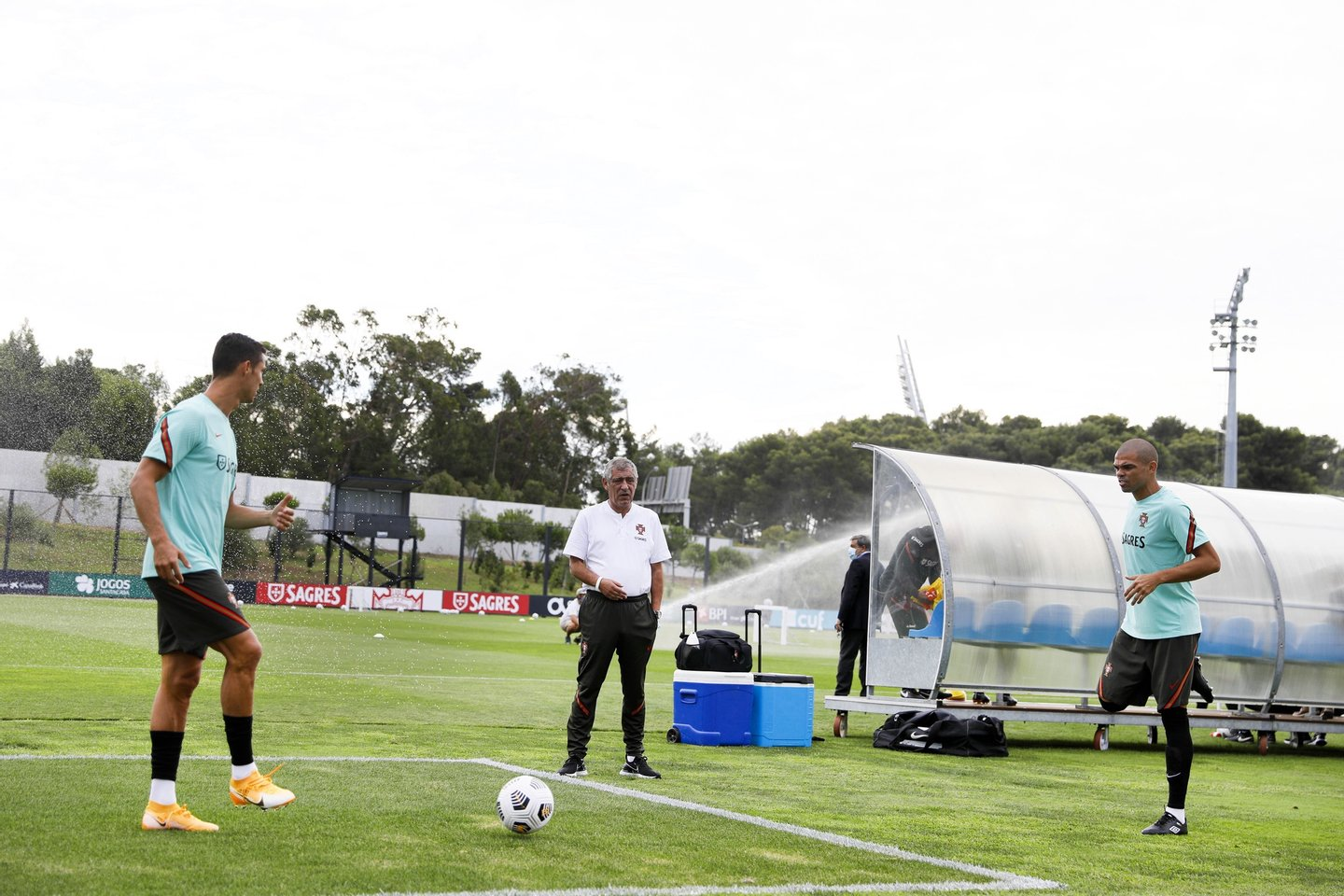 epa08639812 A handout photo made available by the Portuguese Football Federation (FPF) shows Portuguese national soccer head coach Fernando Santos (C) with players Cristiano Ronaldo (L) and Pepe (R) during the team's training session at Cidade do Futebol in Oeiras, Portugal, 01 September 2020. Portugal will face Croatia on 05 September 2020 in a UEFA Nations League match. EPA/DIOGO PINTO/FPF/HO HANDOUT EDITORIAL USE ONLY/NO SALES