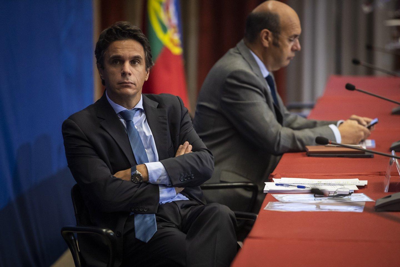 """O ministro de Estado, Economia e Transição Digital, Pedro Siza Vieira (D), acompanhado pelo secretário de Estado das Finanças, João Nuno Mendes, durante a apresentação do relatório do Lançamento da avaliação da OCDE do Mercado de Capitais de Portugal com o tema """"Mobilizar o mercado de capitais português para o investimento e o crescimento"""", no ministério das Finanças, em Lisboa, 02 de outubro de2020. JOSE SENA GOULAO/LUSA"""